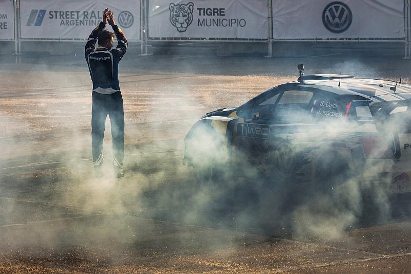 """Sebastien Ogier WRC-Polon ratissa ja """"donitsitolppana"""" Andreas Mikkelsen."""